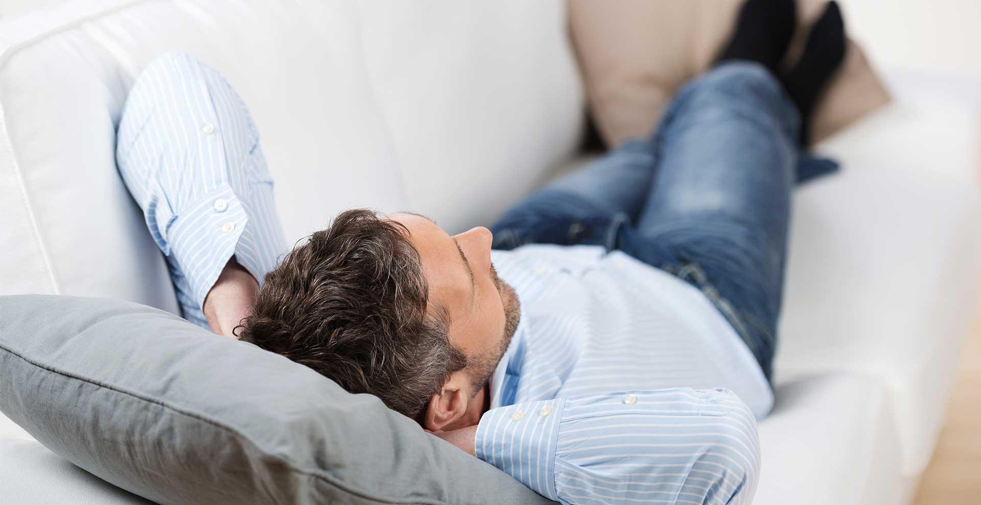Фото мужик лежит на диване 5 фотография